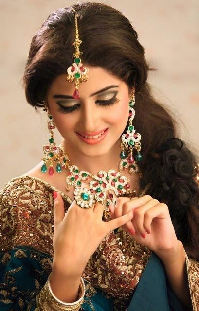 Sajal Ali Actress Hot & Sexy HD Wallpapers